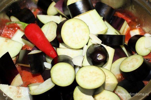 Баклажаны нарезать толстыми кружочками или полукольцами и поместить в кипящий маринад. Положить острый перчик целиком