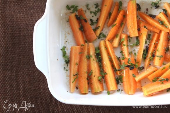 Теперь, разогреем духовку до 200°С. Морковь уложим в форму и соединим с маслом, сахаром, солью и травами. Все перемешаем. Ставим в духовку на 20 — 25 минут. Степень готовности определяем по золотистому цвету и мягкости моркови.