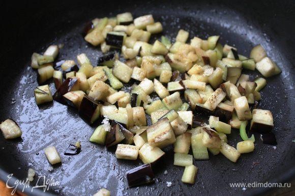 Баклажаны нарежьте пластинками, посыпьте солью и оставьте на полчаса, чтобы выделился сок. Промойте от сока, тщательно просушите и нарежьте небольшими кубиками. Обжарьте на кунжутном масле от Biolio до полуготовности, в конце добавьте сахар и обжаривайте еще буквально пару минут.