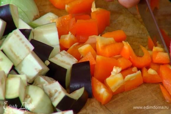 Сладкий перец, удалив плодоножку с семенами, нарезать небольшими кусочками.