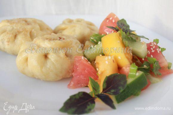 Подавайте «мешочки» с салатом из любых сезонных овощей, слегка сбрызнув его соевым соусом и посыпав кунжутом. Приятного аппетита!