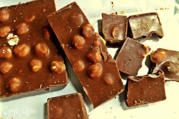 Для шоколадного соуса поломать шоколад на кусочки (у меня с фундуком).