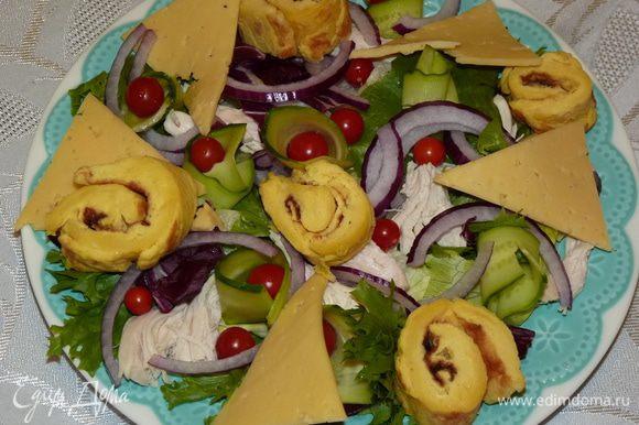 Сыр нарезать треугольниками, болгарский перец — крупной соломкой. Выложить сверху. Посолить по вкусу.