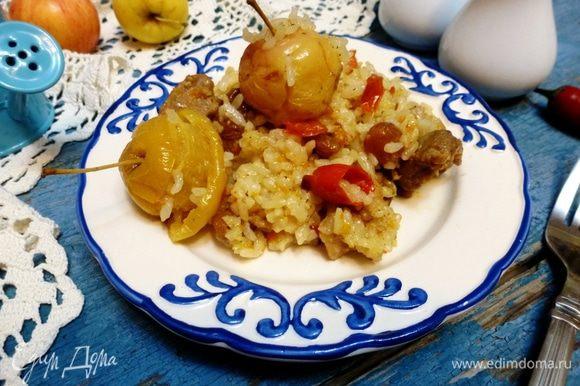Рисовая каша с мясом и яблоками готова.