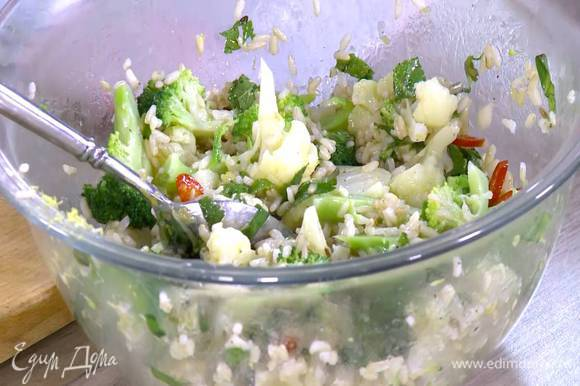 Горячую капусту выложить в заправку, добавить рис и все перемешать. Сбрызнуть рис с овощами 1 ч. ложкой лимонного сока, полить оставшимся оливковым маслом, посолить, поперчить и перемешать.