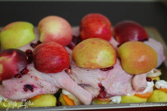 На утку выкладываем яблоки.