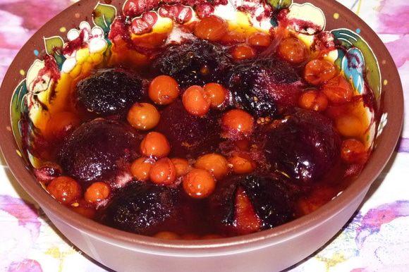 Вот так выглядят сливы и помидоры после запекания.