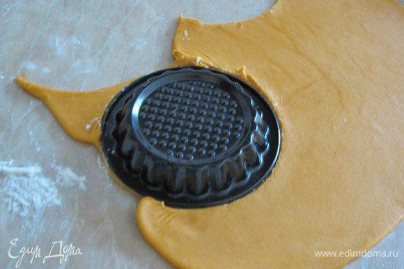 Тесто раскатать и вырезать круги по диаметру формочек. Формочки нужно брать не высокие.