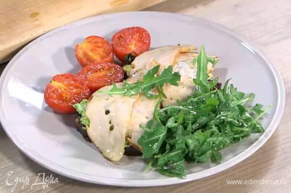 Подавать бутерброды с помидорами и руколой.