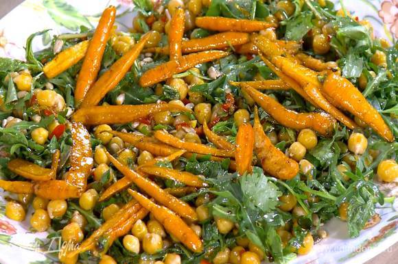 Переложить салат на большую тарелку, сверху разложить запеченную морковь.