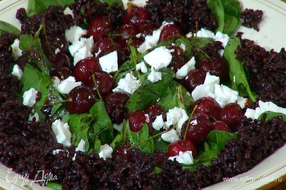 Горячий рис разложить по краям салата и посыпать все листьями тимьяна.