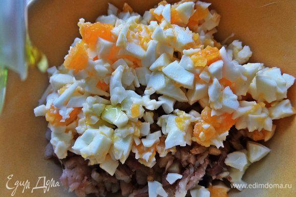 Пересыпать яйца в рыбу, добавить масло Biolio.