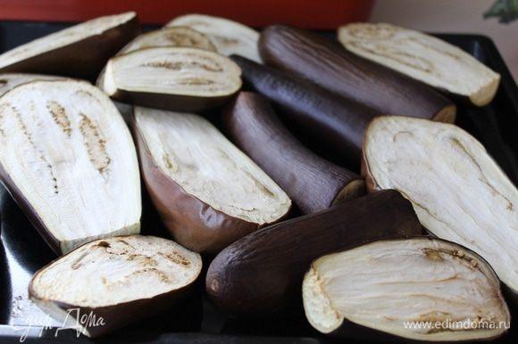Баклажаны запечь в духовке 30 минут при температуре 200°С.