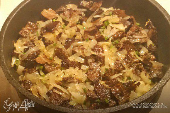 На другой сковороде разогреваем оливковое масло для грибов. Высыпаем туда грибы, где также обжариваем одну большую порезанную головку репчатого лука (или 1,5 средней). Солим, перчим и добавляем нарезанные столбики укропа и петрушки (для смягчения и вкуса).