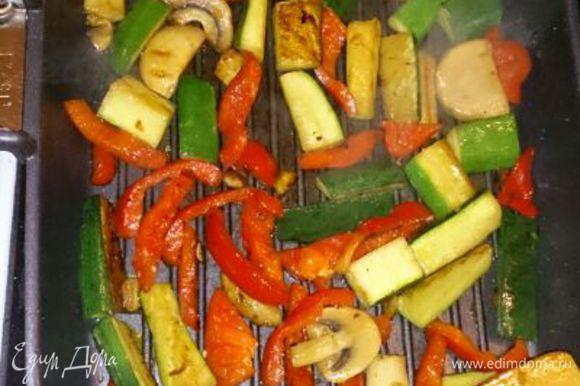 Обжариваем овощи, но не до полной готовности! Так, чтобы были с хрустящими.