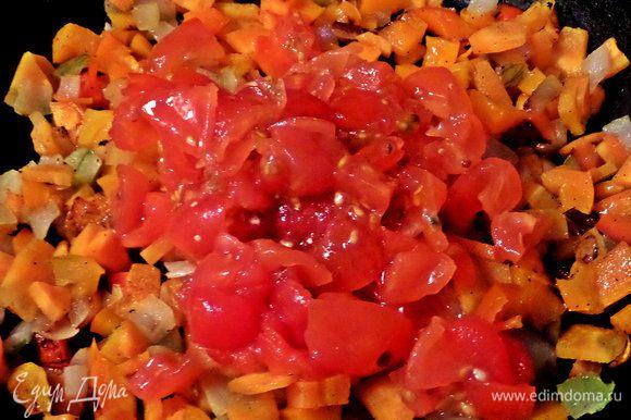 Переносим томаты с соком в сковороду.