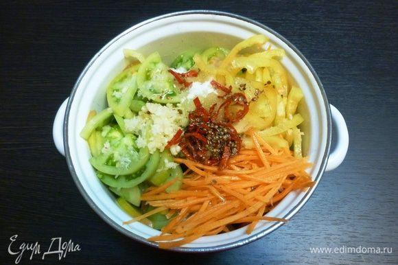 Вольем содержимое сковороды в кастрюлю с овощами. Перемешаем, оставим охладиться в холодильник.