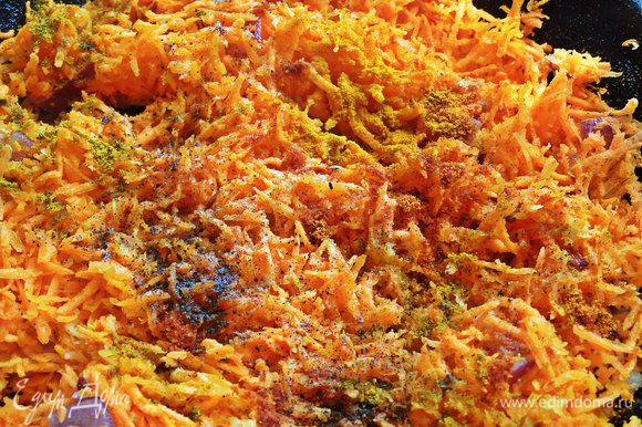 Обжариваем морковь с приправами после кабачков в растительном масле Biolio. Приправы можно менять, главное — соль, перец, чеснок должны присутствовать.