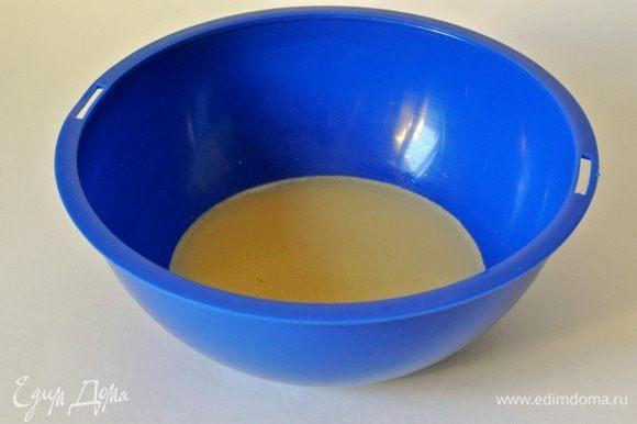 В воду влить молоко, всыпать сухие дрожжи и сахар.