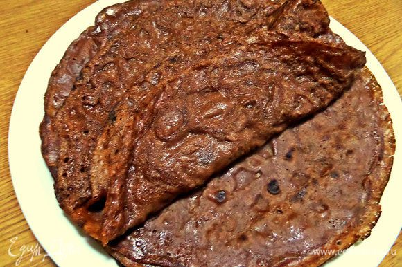 Переносим на тарелку. Получится 9 — 10 блинчиков, но всё зависит от диаметра сковороды.