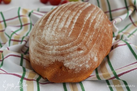 Выпекайте хлеб, сбрызнув его водой из пульверизатора. Затем, через 5 минут, температуру в духовке уменьшите до 180°С и пеките около 45 — 50 минут до румяного цвета.