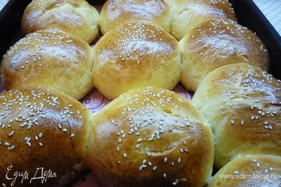 Выпекаем булочки в разогретой духовке при температуре 180°С 25 — 30 минут до румяного цвета.