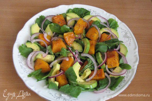 Затем выложим авокадо и тонко нарезанные колечки красного лука. Посолим и поперчим по вкусу.