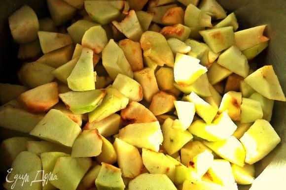 Теперь о начинке. У меня были мелкие садовые яблочки, такие с точечками, знаете? Очистить, нарезать мелко.