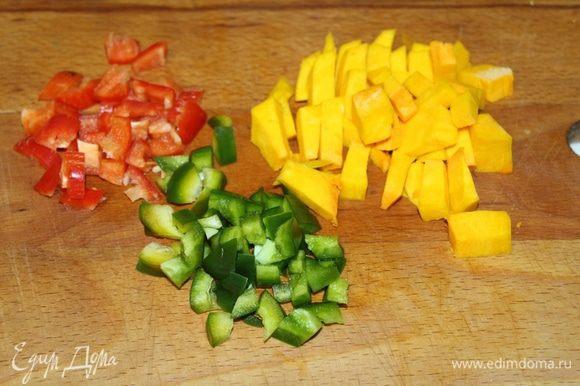 Болгарский перец (у меня половинки двух разноцветных перцев), тыкву нарезать кубиками.