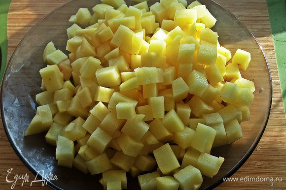 Картофель делим на кубики.