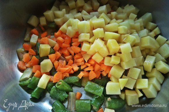 Высыпаем к овощам.