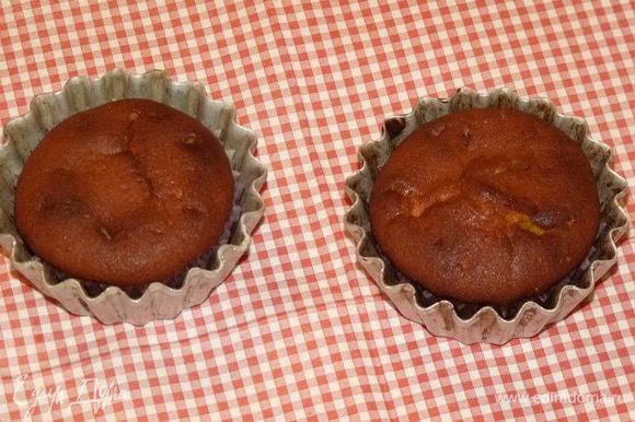 У меня осталось тесто на 2 маленькие формы для кексов. Тыквенные кексы получаются немного темнее, чем обычные.