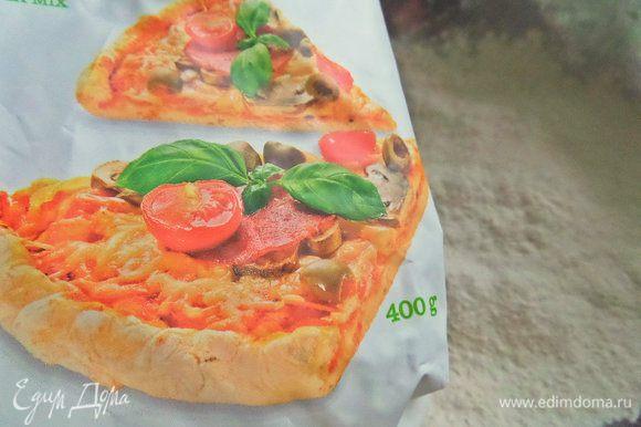 На этот раз мы готовили с сыном из покупной смеси для пиццы местного производства. Там уже есть в муке итальянские травки. Их так не видно, но при раскатывании пласта крапинки проявляются. Соль и разрыхлитель тоже в составе присутствуют.