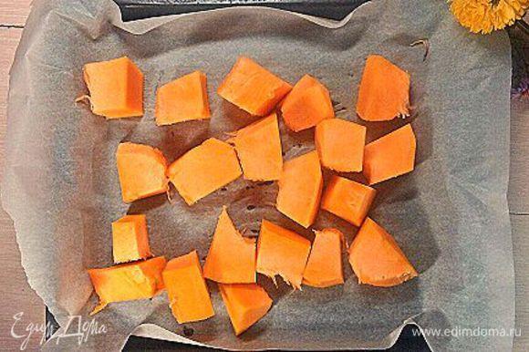 Первый шаг — это запекание тыквы до очень мягкого состояния, при температуре 180°С примерно 30 минут.