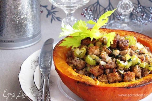 Готовые половинки тыквы выложить на тарелки и подавать.Каждую половинку можно разрезать еще на две части. Очень вкусно! Приятного аппетита!