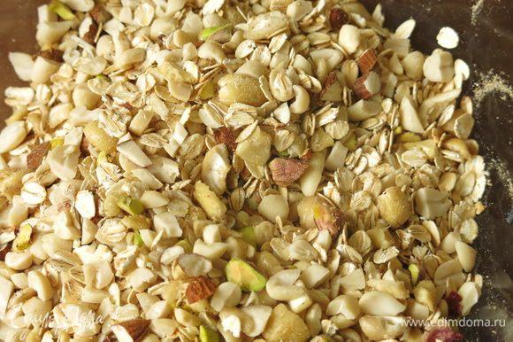 Смешаем хлопья, орехи, семена льна, кунжут, изюм. Общий вес льна, изюма и кунжута 100 г.