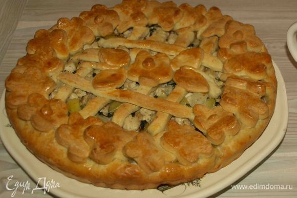 Достаем готовый пирог из духовки. Края смазываем сливочным маслом и накрываем миской минут на 10. Готовый пирог перекладываем на блюдо. Приятного аппетита.