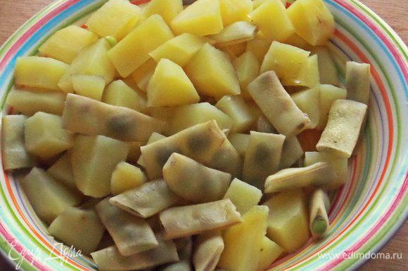 Отвариваем вначале картофель и в конце варки кидаем фасоль на пару минут — она быстро варится.