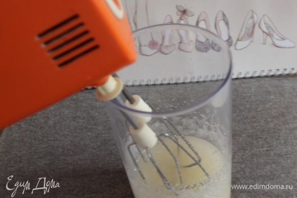 Миксером смешать сахар с растительным маслом.
