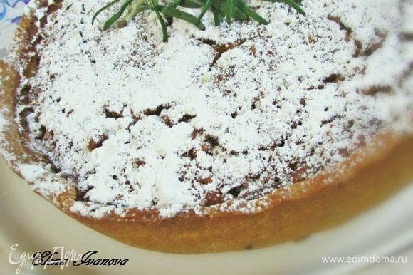 Готовый пирог слегка остудить и обильно посыпать сахарной пудрой.