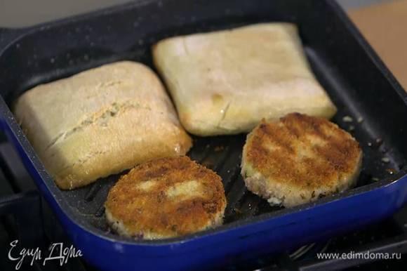 Булки разрезать пополам вдоль и обжарить с одной стороны на той же сковороде, что и котлеты.