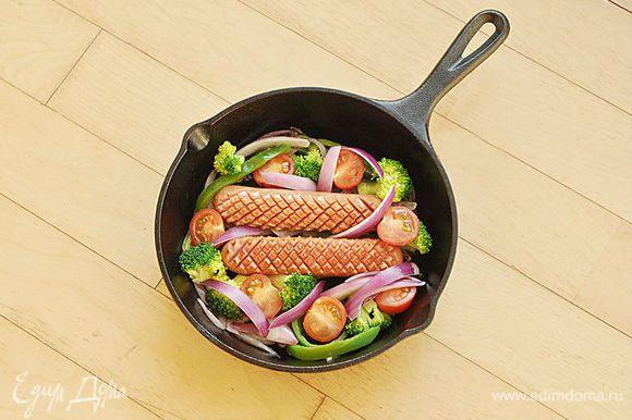 Положить на сковороду брокколи, помидоры и оставшийся лук.