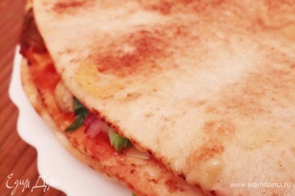 Мой вариант начинки: первый слой — колбаса, брокколи, сыр; второй слой — шампиньоны, красный лук, сыр, немного зеленого лука и кукурузы; третий слой — помидоры, огурцы, сыр. Сыра должно быть много, он соединяет слои. Я взяла 200 г, в следующий раз возьму больше.