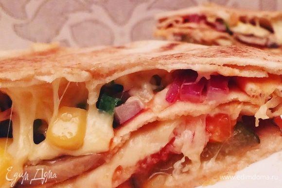 Пицца готовится считанные минуты. Главное, чтобы сыр хорошенько расплавился. Приятного аппетита!