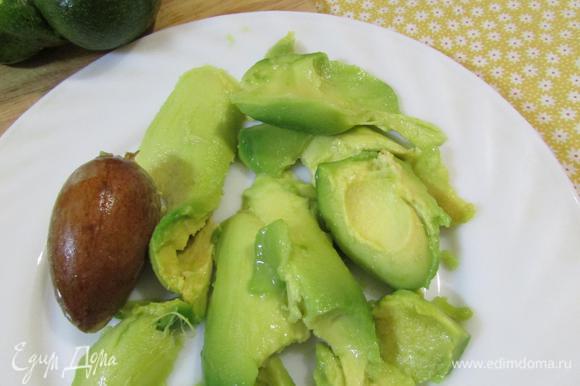 Авокадо освободить от косточки. С помощью ложки вынуть мякоть.