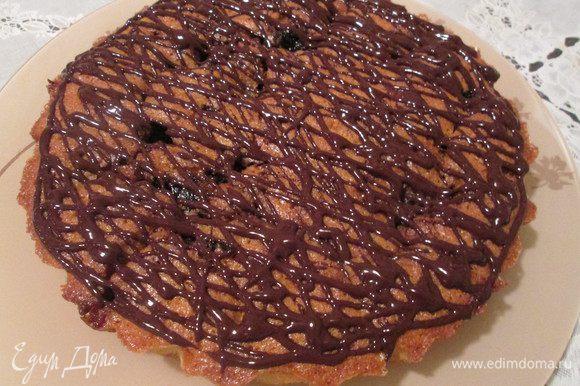И, наконец, заливаем пирог растопленным шоколадом. Можно украсить лепестками миндаля.