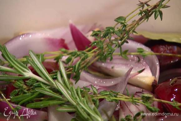 Добавить веточки розмарина и тимьяна, лавровые листья и все перемешать.