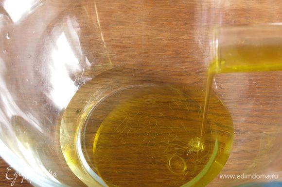 Соединяем масло и вино. Использовала белое полусладкое вино с выраженным цветочным и цитрусовым ароматом. В Капене есть свое вино Бьянко Капена, основная часть — виноград семейства сортов Мальвазия и Треббиано. Выпечка детская, но в состав входит вино, Капена, как оказалось, очень вольный городок (коммуна), и в детской выпечке вино в немалом количестве, а зимой празднуют день святого Антонио, все курят, и дети также, традиционно от общего костра закуривают розмарин, вытесняемый в последнее время сигаретами. Но такая вольность только раз в году.