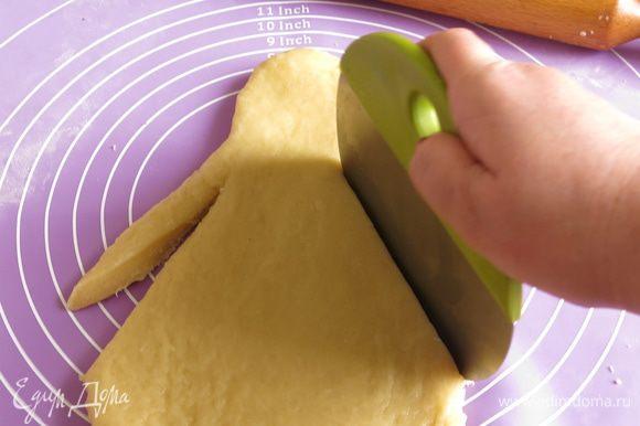 С боков делаем два разреза — это руки.