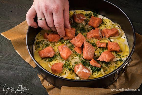 Выкладываем картофель, лук, рыбу и зелень.